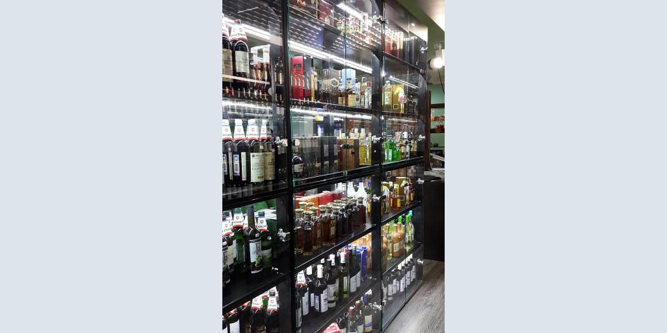 Торговое оборудование для алкогольного магазина. Стеллажи со съемными полками. Порошковая окраска. Остекление.