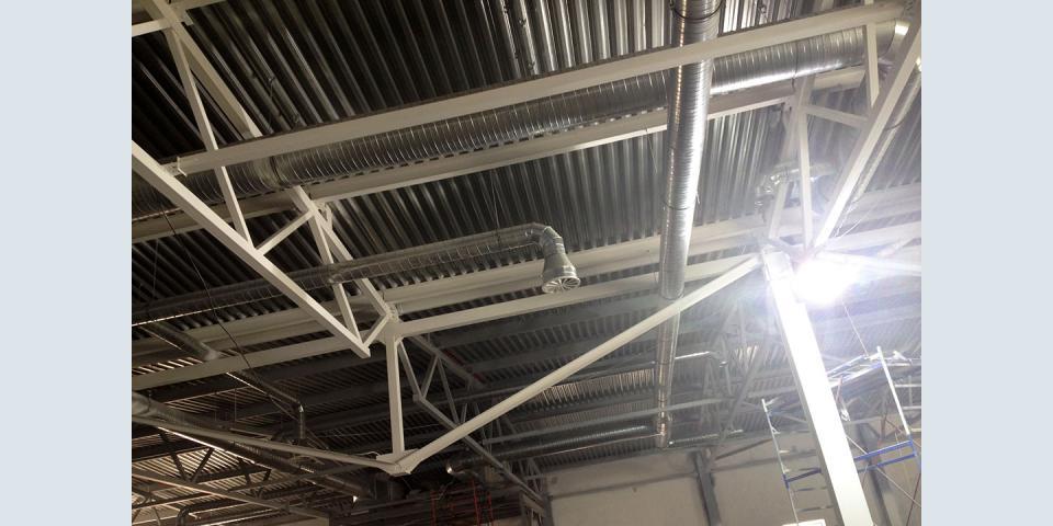 Потолочные металлоконструкции в торговом центре.